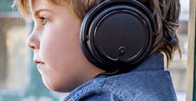 Enfant écoutant seul